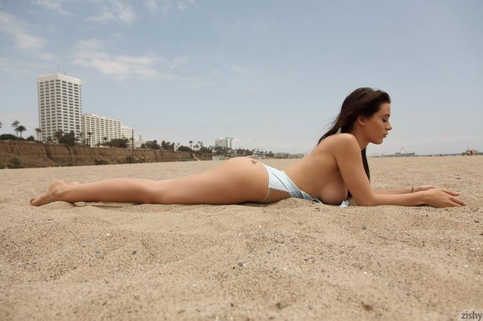 lana in the beach (20)