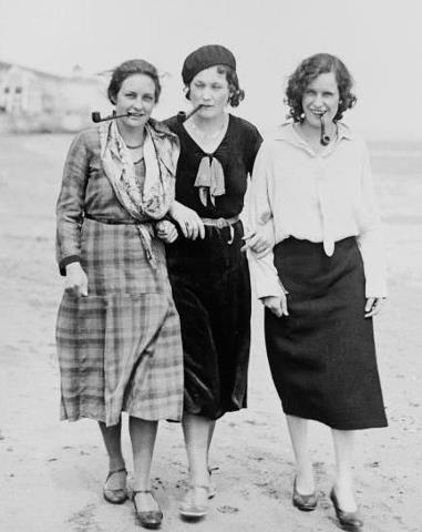 ¡Qué tres! Rosa Luxemburgo, Simone De Beauvoir y Emma Goldman en la playa, fumando pipa (1930_s.)